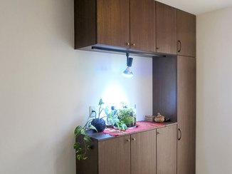 内装リフォーム 既存の設備を利用し、様々な物をすっきりと納められるようにした収納棚