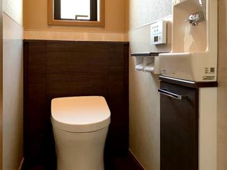 トイレリフォーム 腰高まであるパネルで掃除がしやすいトイレ