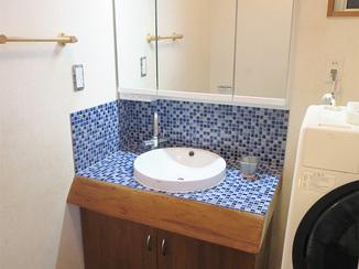 洗面リフォーム 無垢カウンターを生かしてタイルでおしゃれに仕上げた洗面台