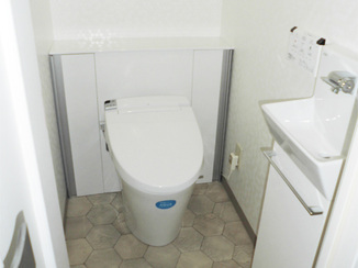 トイレリフォーム 折り戸が便利!手洗器を取り付けて使い勝手もアップしたトイレ