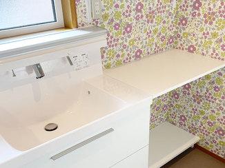 トイレリフォーム 収納ラックを多く取付け、快適に使えるトイレと洗面台