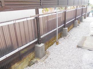 小工事 波板製の目隠しフェンスで雑草対策