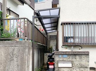 エクステリアリフォーム 雨に濡れることなく玄関ドアと通路を行き来できる屋根
